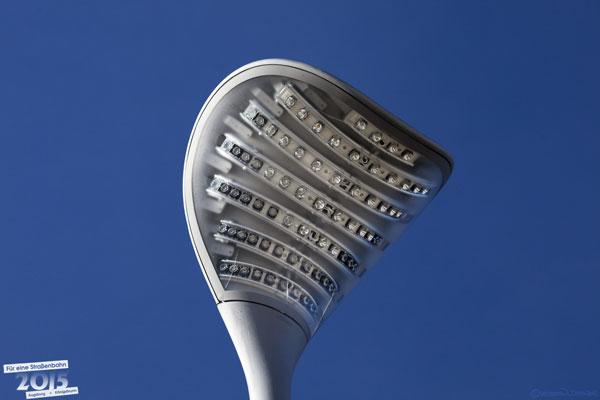 Moderne stromsparende LED-Leuchte im Haltestellenbereich.